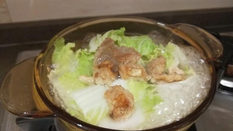 白菜豆腐汤,加入水烧开。