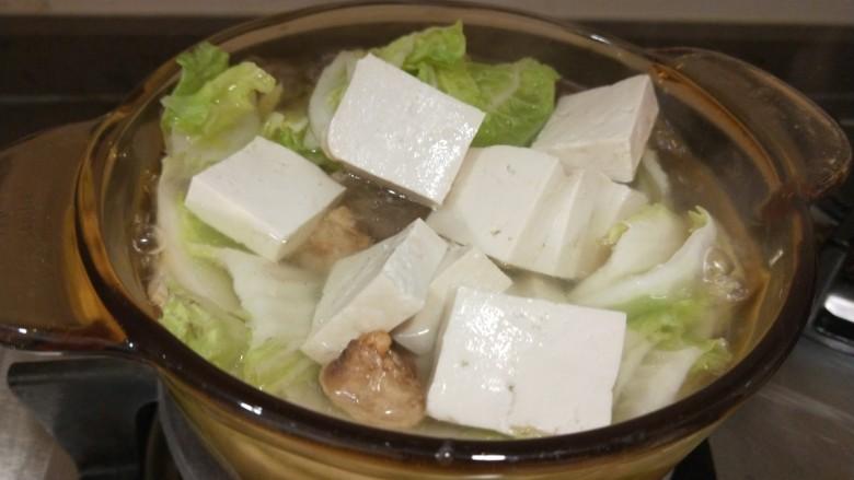 白菜豆腐汤,放入豆腐煮泡泡的。