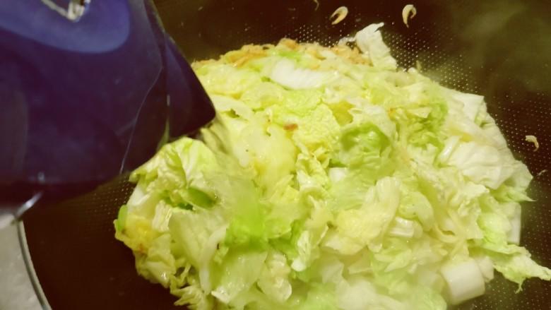 白菜豆腐汤,翻炒断生,倒入足够的清水。
