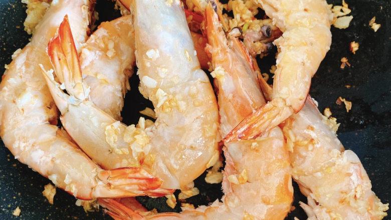 啤酒虾,🥣锅内放入对虾炒至变红。