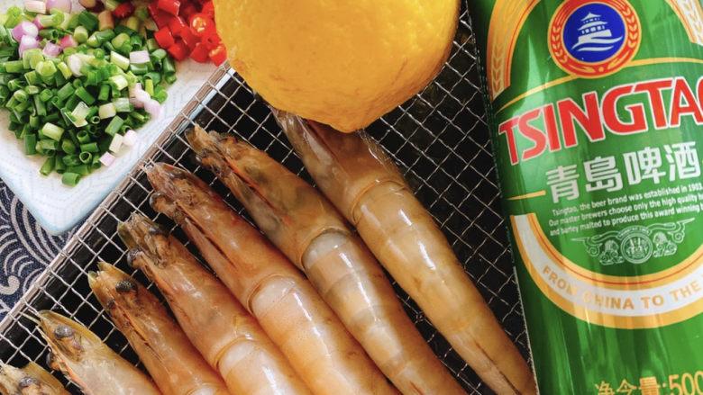 啤酒虾,备料:蒜沫,葱沫,小米辣丁,金桔,柠檬,啤酒不限牌子一瓶。