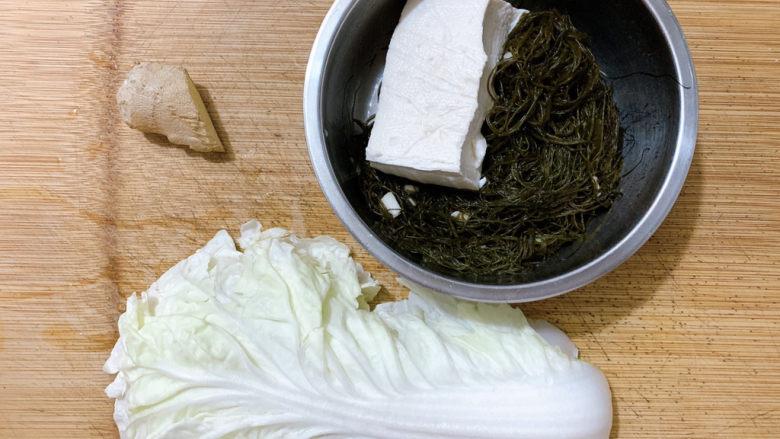 白菜豆腐汤,食材如图,所示示意。