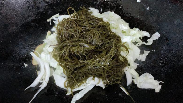 白菜豆腐汤,加入焯熟的龙须菜给汤羹提鲜,并加入适当清水或高汤。