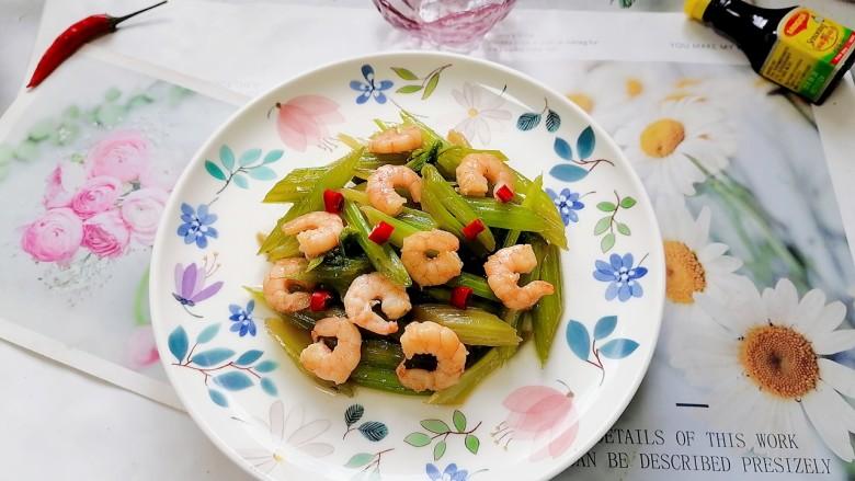 西芹炒虾仁,拍上成品图,一道美味又营养的西芹炒虾仁就完成了。