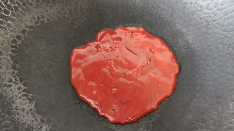黑胡椒土豆泥,热锅倒入番茄酱