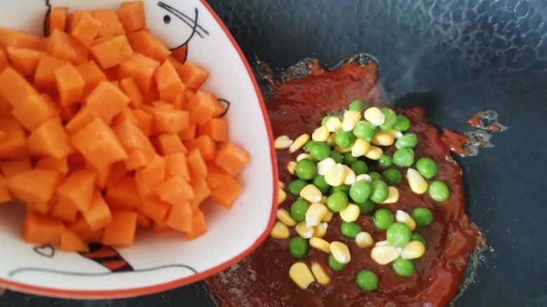 黑胡椒土豆泥,倒入萝卜丁炒匀