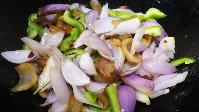 洋葱炒肉片,放入青椒丝,文火翻炒均匀。