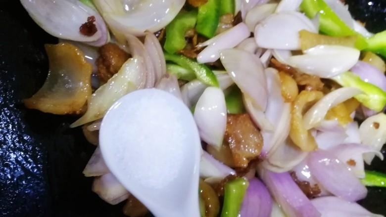 洋葱炒肉片,洋葱微微炒变透明,加一小勺盐,文火翻炒均匀入味。