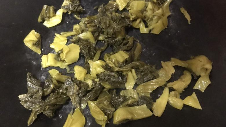 酸菜肉丝面,烧干锅,直接倒入酸菜翻炒,(先不用加油,先炒干一点水份)