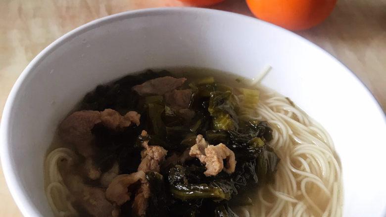 酸菜肉丝面,往面条里加入酸菜肉丝,一道开胃的菜做好了