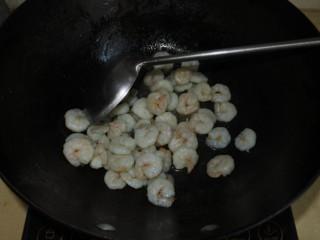 西芹炒蝦仁,底油爆香蝦仁,盛出備用