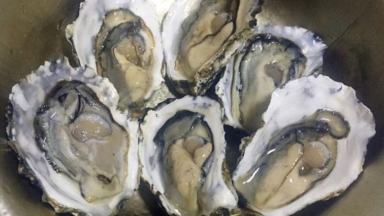 蒜蓉生蚝,牡蛎买回来用小毛刷在流水中清洗干净,尽量不要让水流到牡蛎肉肉中这样会影响口感