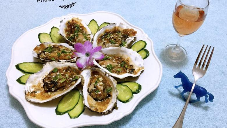 蒜蓉生蚝,牡蛎入口鲜嫩混搭着蒜蓉独有的味道真是让人回味无穷