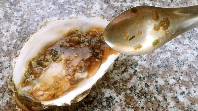 蒜蓉生蚝,调好的料汁均匀的淋在牡蛎肉肉上