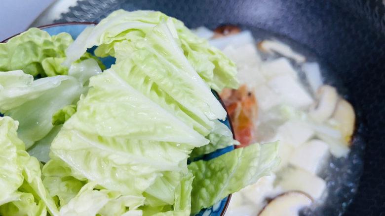白菜豆腐汤,放入白菜叶煮熟即可