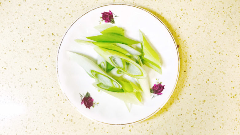 白菜豆腐汤,<a style='color:red;display:inline-block;' href='/shicai/ 138'>大葱</a>洗净,斜刀切段