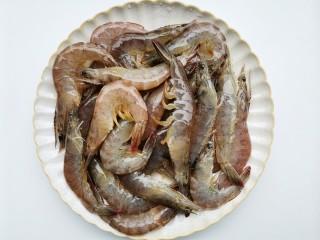 爆炒基围虾,虾洗净去虾线,