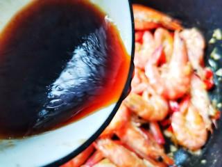 爆炒基围虾,淋入料汁煮至虾入味。
