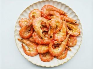 爆炒基围虾,锅中油烧至7成热,放入虾炒至变红迅速捞出备用。