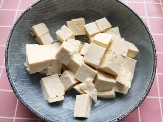 白菜豆腐汤,豆腐切小块。