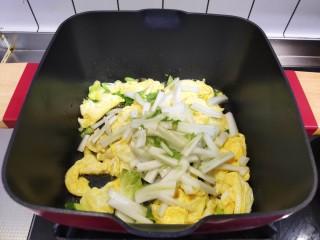 白菜豆腐汤,加入白菜帮,翻炒均匀。