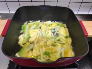 白菜豆腐汤,加入开水煮5分钟。