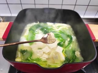 白菜豆腐汤,加入胡椒粉