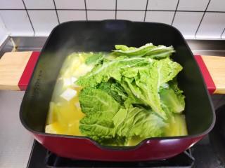 白菜豆腐汤,加入白菜叶,盖上锅盖再煮5分钟。