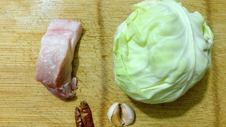 干锅包菜,食材如图,所示示意。