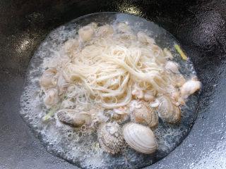 面线糊,夹起后加入一侧沸腾的鲜汤中。