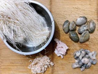 面线糊,食材如图,所示示意。一人份的一小撮线面,还有花蛤、海蛎、虾米等配料。