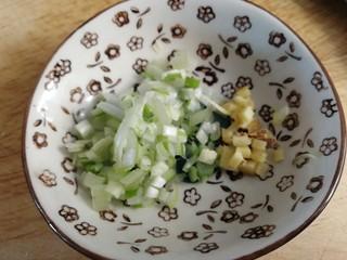 肉末炖豆腐,切些葱花和姜末。