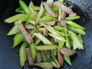 西芹炒牛肉,最后放入牛肉翻炒均匀即可出锅