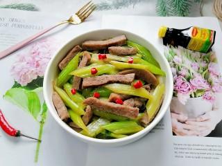 西芹炒牛肉,拍上成品图,一道美味又营养的西芹炒牛肉就完成了。