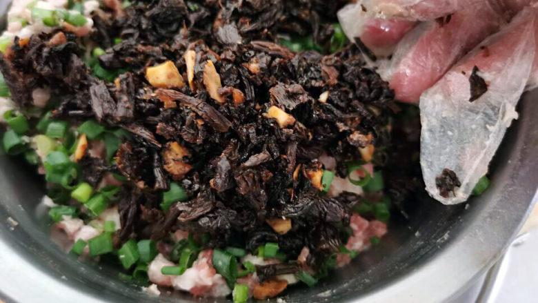 梅干菜肉包,加入放凉后的梅干菜拌匀
