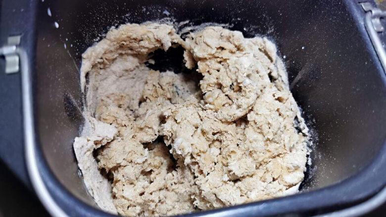 梅干菜肉包,全麦粉揉拌中