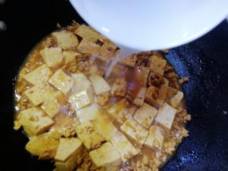 肉末炖豆腐,炖至汤汁剩下一少半,倒入半小碗水淀粉,文火烧至汤汁浓稠,撒上葱花即可。