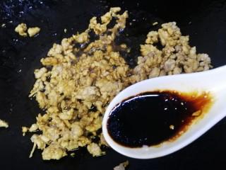 肉末炖豆腐,加半勺老抽,文火炒匀上色。