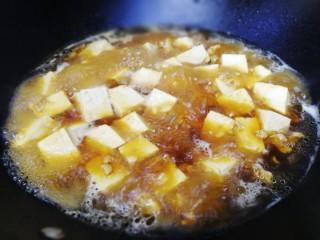 肉末炖豆腐,放入豆腐块,大火煮开。