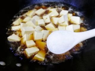 肉末炖豆腐,加一小勺盐,文火炖。