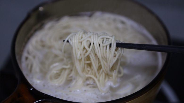 酸菜肉丝面,面团下锅煮熟