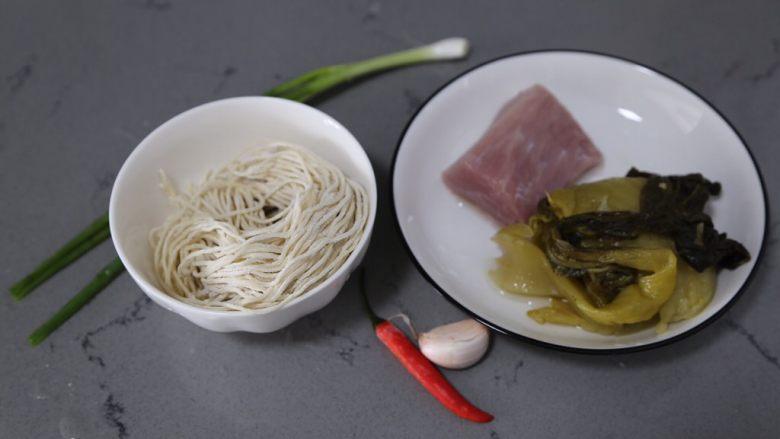 酸菜肉丝面,材料准备好