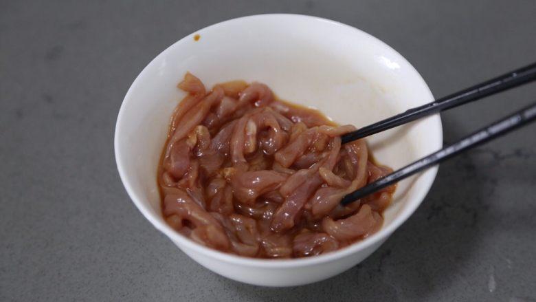 酸菜肉丝面,翻拌均匀腌制一会