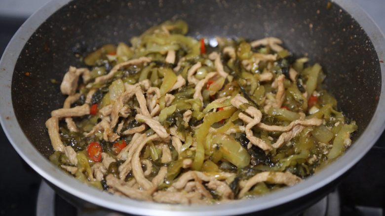 酸菜肉丝面,翻炒均匀后关火,酸菜肉丝就炒好了