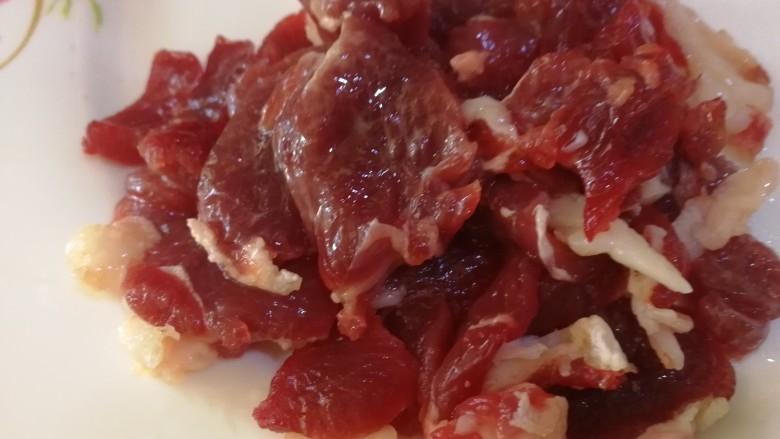 西芹炒牛肉,放入1g淀粉,半勺油,搅拌均匀。(炒的时候防粘还比较嫩滑。)