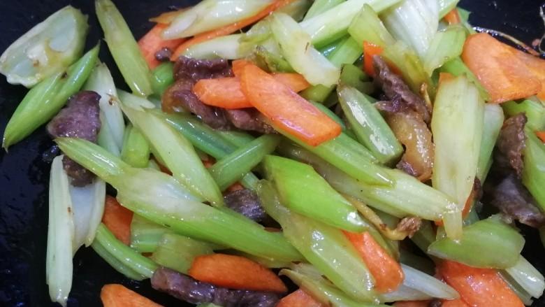 西芹炒牛肉,把胡萝卜,西芹,牛肉文火翻炒均匀即可。