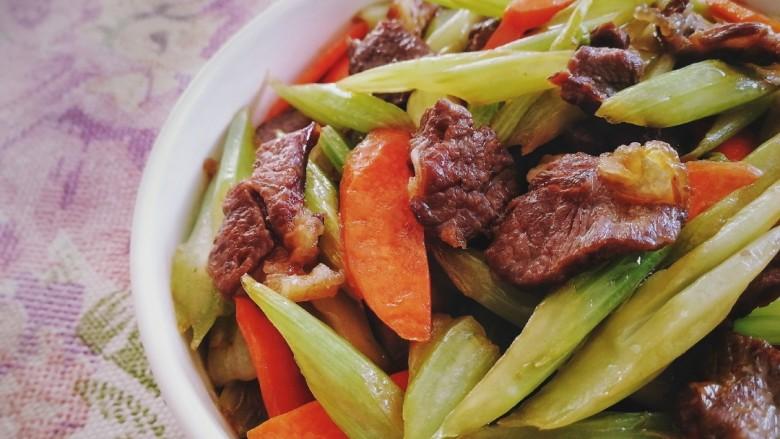 西芹炒牛肉,盛盘。牛肉香嫩,西芹脆爽。