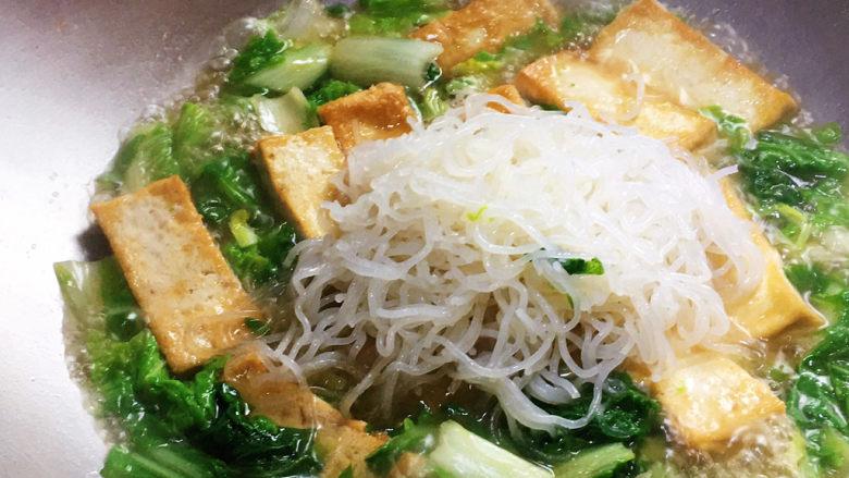 白菜豆腐汤,加入红薯粉,煮开后中火再煮五分钟即可出锅