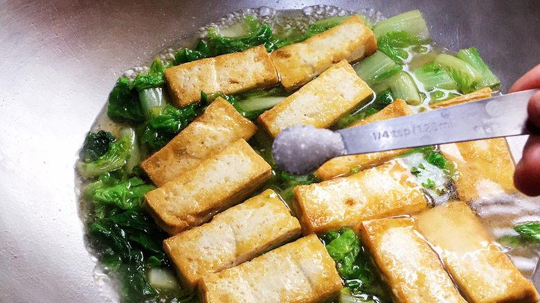 白菜豆腐汤,加盐调味