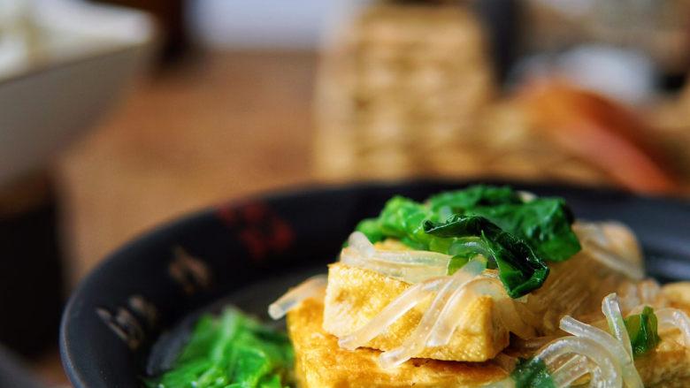 白菜豆腐汤,小白菜脆嫩清鲜,豆腐经过煎制,很容易入味,汤鲜味美,丰富的大豆蛋白质,粗纤维、维生素,一次能吃一汤碗。